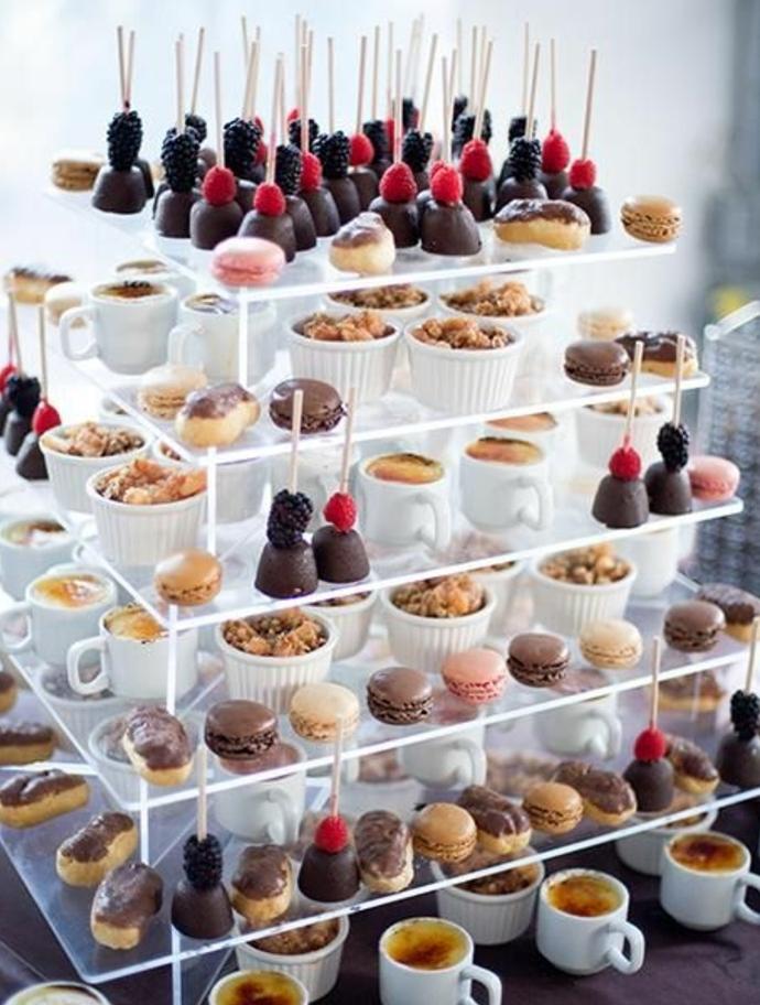 bar à bonbons mariage, macarons, crème brulée dans des gobelets en plastique, macarons, sucettes gateau, desserts, plusieurs niveaux