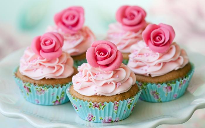comment faire des cupcakes, recette facile, glacage rose et fleurs roses comestibles, dessert de mariage à faire soi meme, caissette cupcake shabby chic