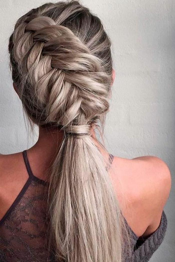 nodèle de tresse épi asymétrique, couleur cheveux blond cendré, queue de cheval, idée de coiffure femme originale