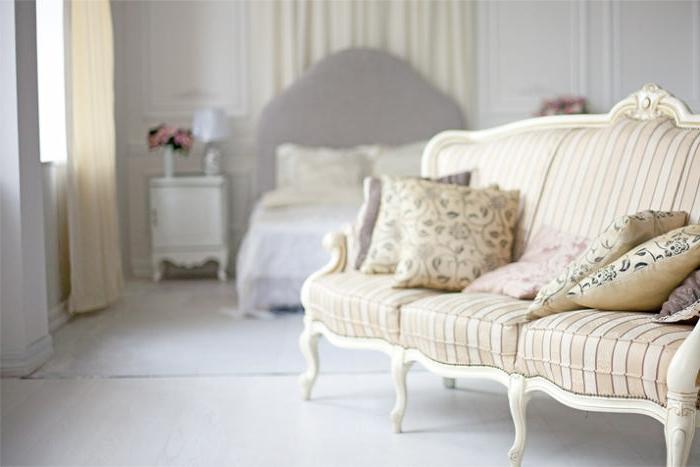 deco campagne chic, tête de lit taupe, table de chevet blanche, bouquet de roses, coussins à motifs floraux