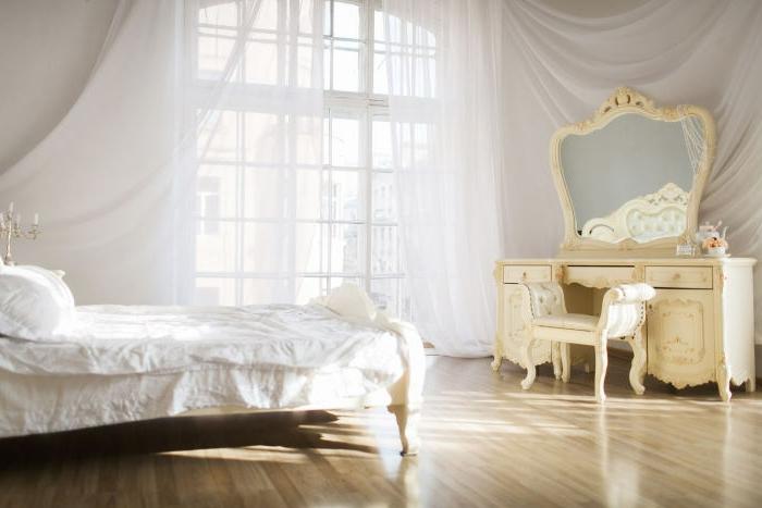 idée déco chambre, grande fenêtre à carreaux, voiles blanches, bougeoirs dorés, parquet en bois clair