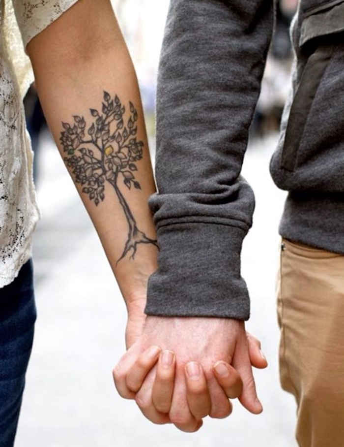 avant bras tatouage arbre femme idée modele