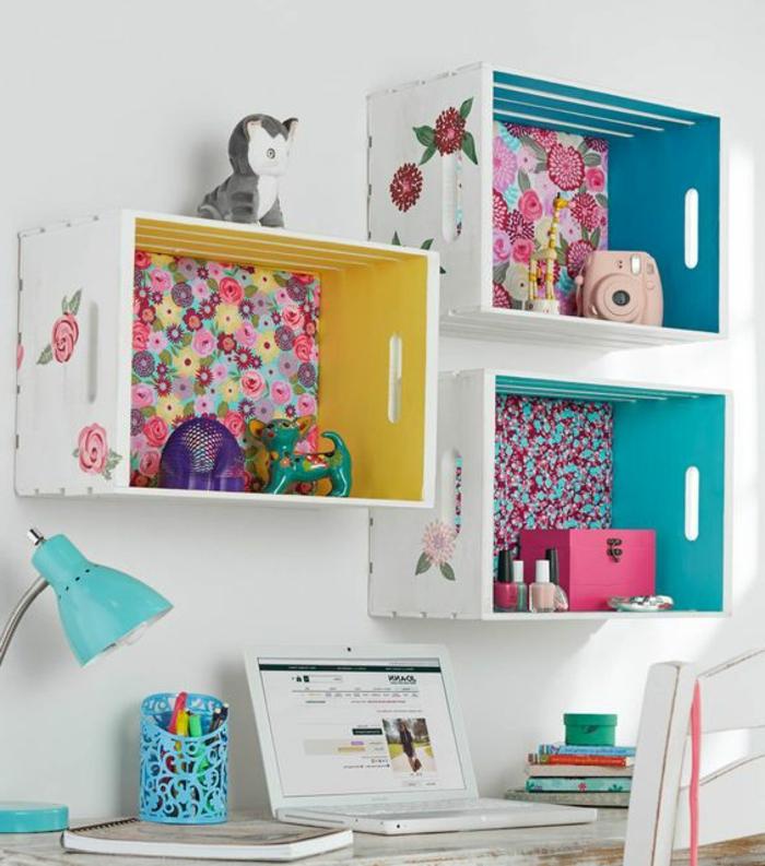 etagere cagette murale, customisée avec du papier peint, decoration exterieur motifs floraux, rangement objets divers, bureau et chaise en bois, amenagement chambre enfant fille