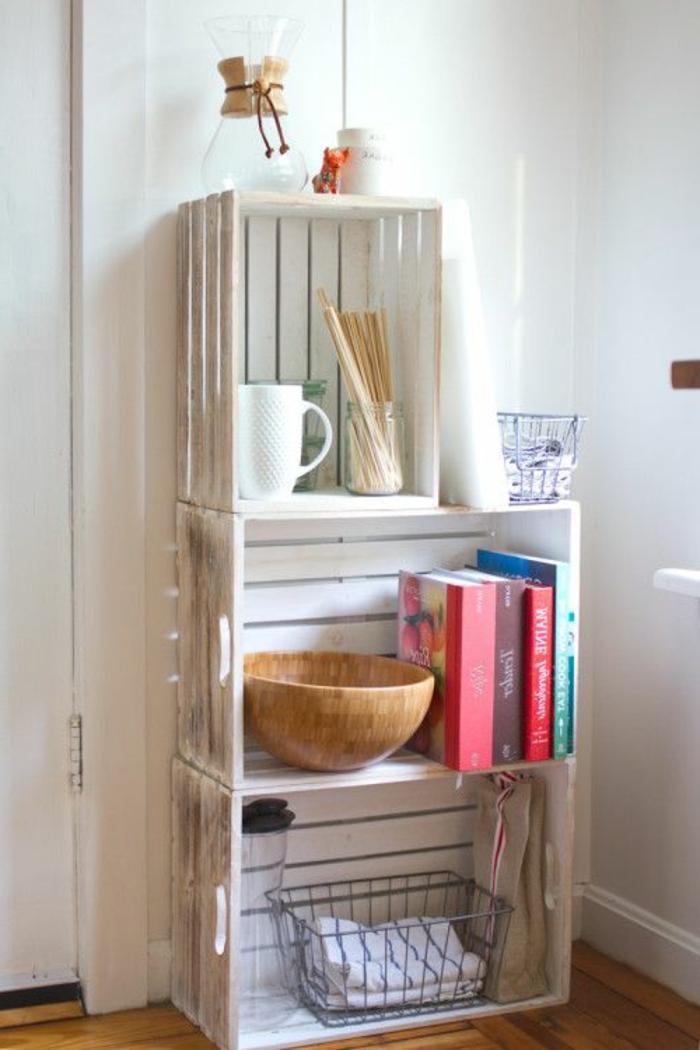 cagettes en bois repeintes en blanc et superposées, idee de meuble en cagette facile a faire pour ranger des livres et pieces deco