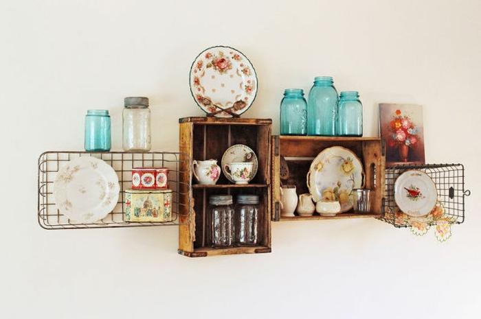 deco avec cagette en bois, caisse de vin vintage transformée en étagère murale, des paniers en métal, vaisselle shabby chic, bocaux en verre