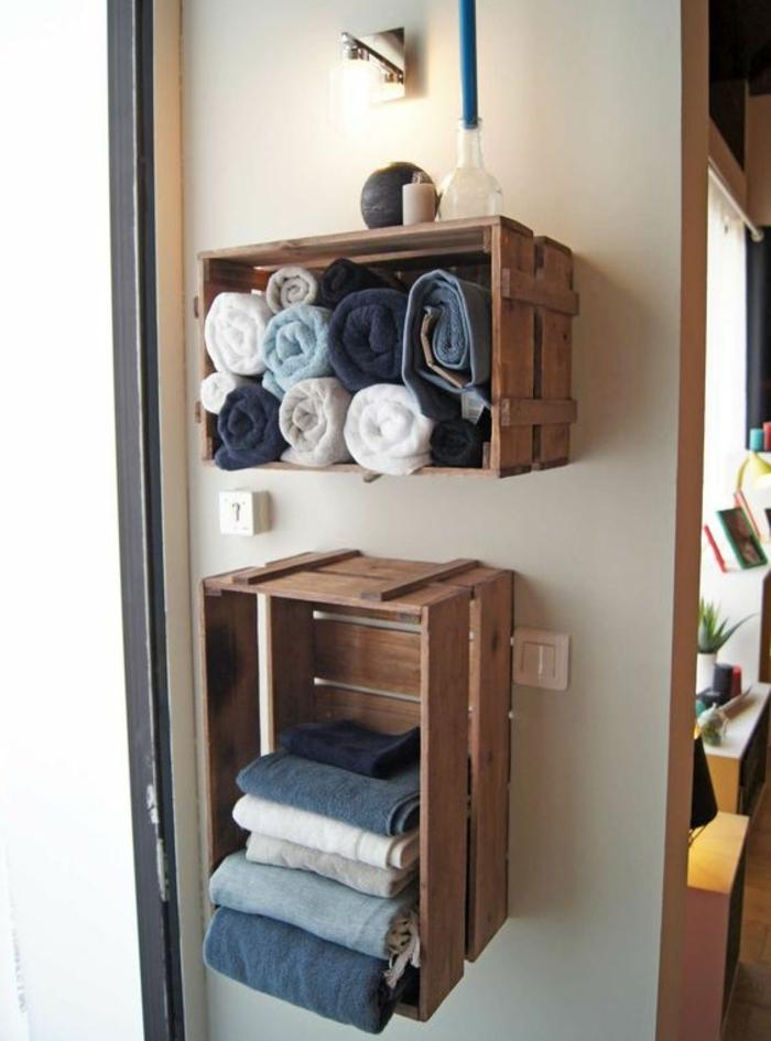 meuble en cagette de bois, rangement serviettes en blanc et bleu, idee etagere murale a fabriquer soi meme