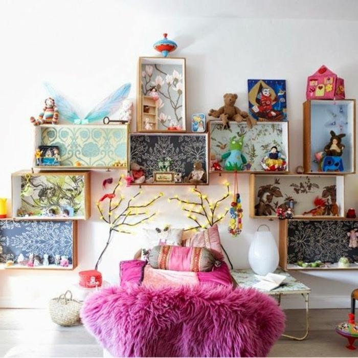 idee deco chambre enfant fille, cagette bois, fond customisé de papier peint à différents motifs, linge de lit rose, table de nuit, rangement jouets
