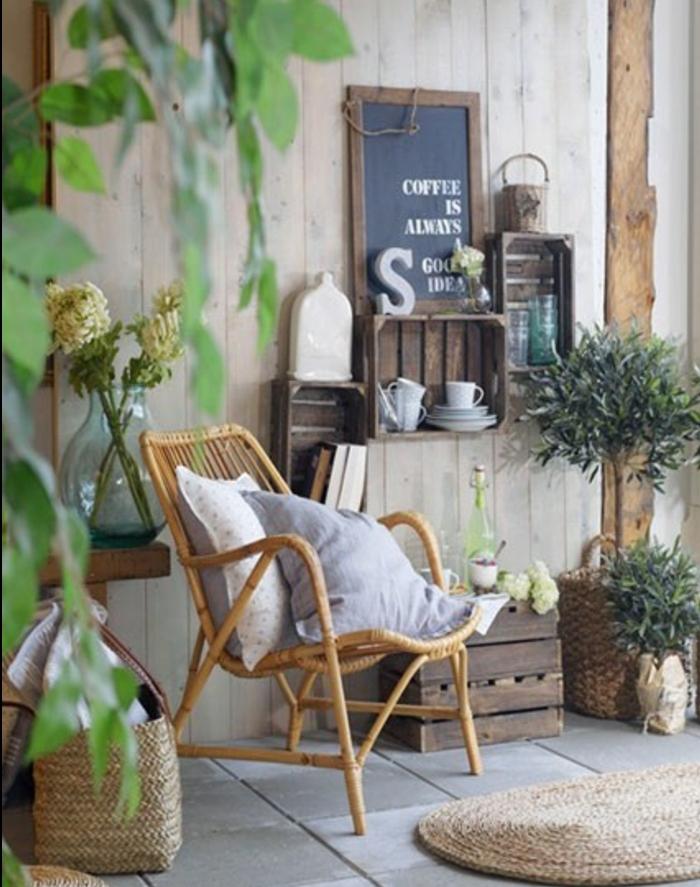 etagere cagette exterieur, rangement vaisselle, livres, accessoires deco, chaise en rotin, coussins, plantes, amenagement espace exterieur
