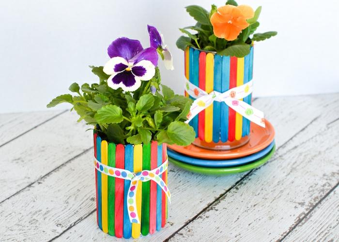 recup jardin, pot de fleur en popsticle, ruban blanc à pois multicolore, vase en bâtons de crème glacé, violettes