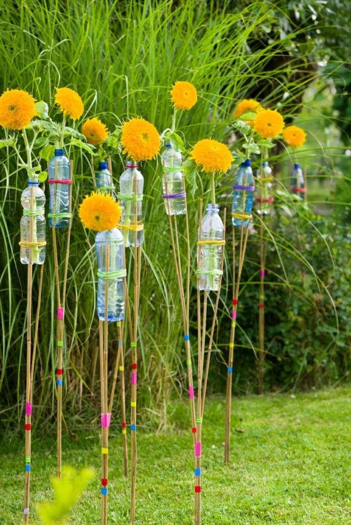 recup jardin, fleurs jaunes, bouteilles en plastiques, decoration de jardin a faire soi meme, gazon vert