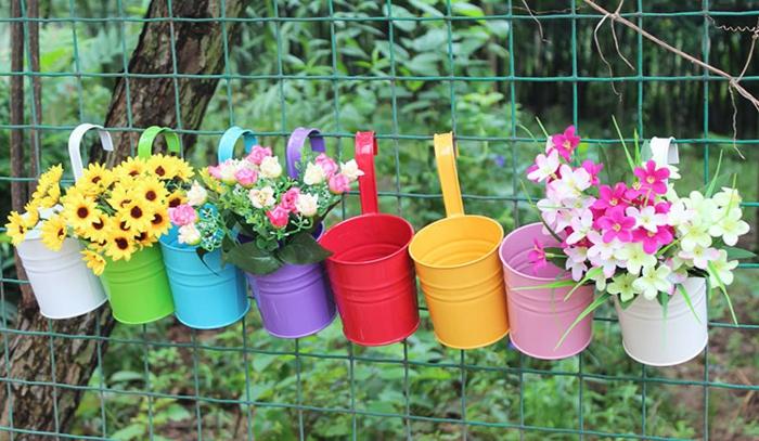 decoration exterieur de jardin, fleurs artificielles, vase diy, clôture en fil peint en vert