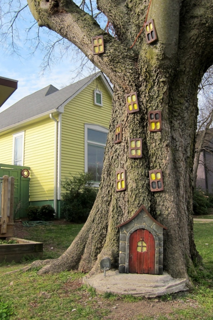 recup jardin, porte en bois miniature, fenêtre à carreaux en bois, arbres, idee deco jardin