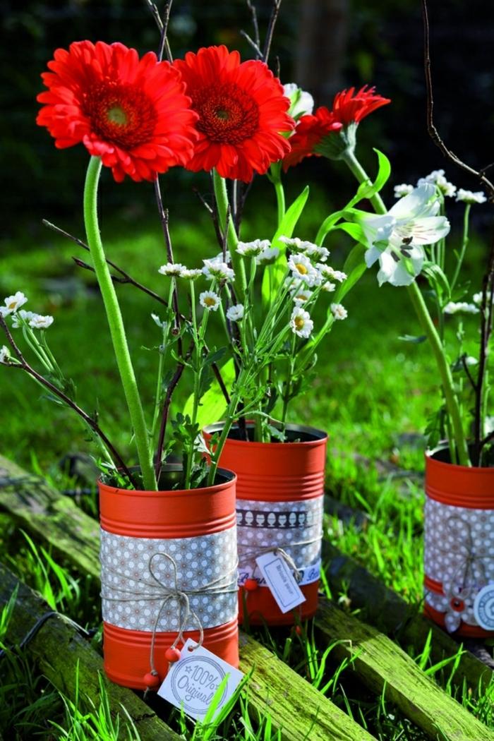 decoration de jardin a faire soi meme, fleurs rouge, gazon vert ,boîte de conservé recyclée