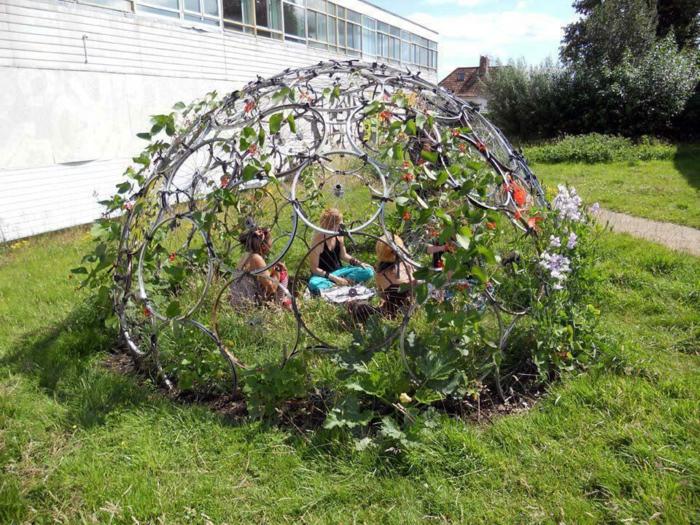 decoration de jardin a faire soi meme, gazon vert, tipi en pneu recyclé, façade blanche