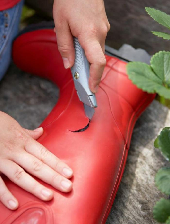 amenagement jardin, botte rouge, plants fraises, projet diy jardin, couteau tout usage