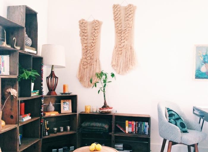 cagette bois projet deco, idée comment organiser ses livres, accessoires deco, fleurs, deco murale macramé, fauteuil scandinave, idee etagere cagette en bois