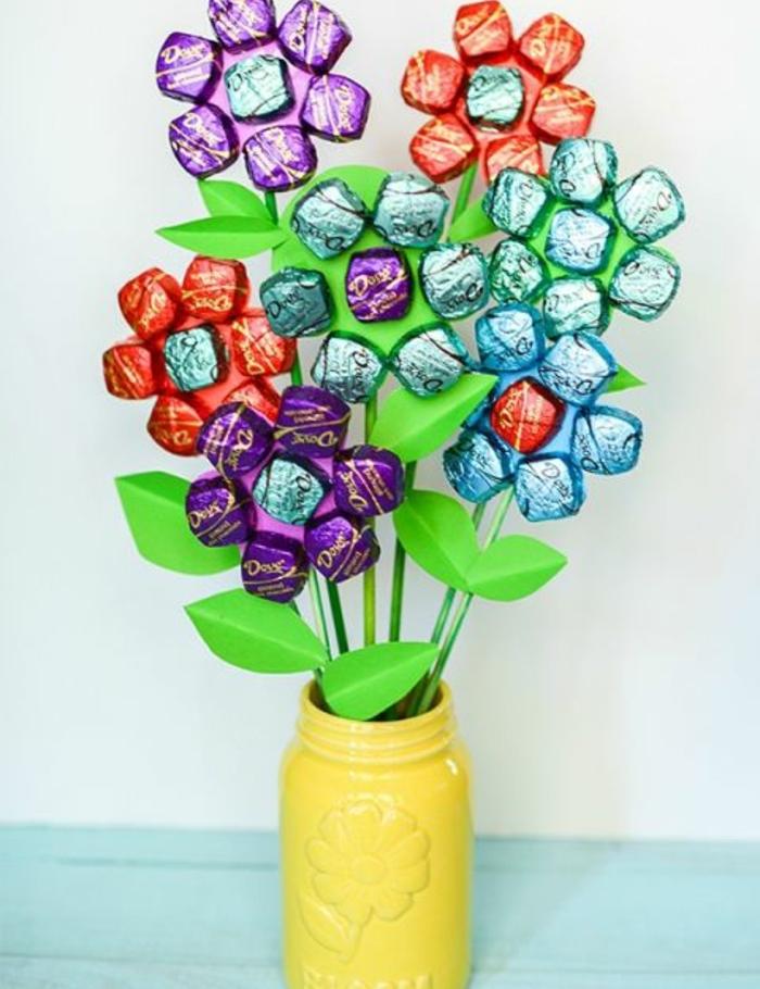cadeau pour la fête des mères, bouquet de fleurs en papier dans un vase bocal, pétales de bonbons, idée de cadeau gourmand