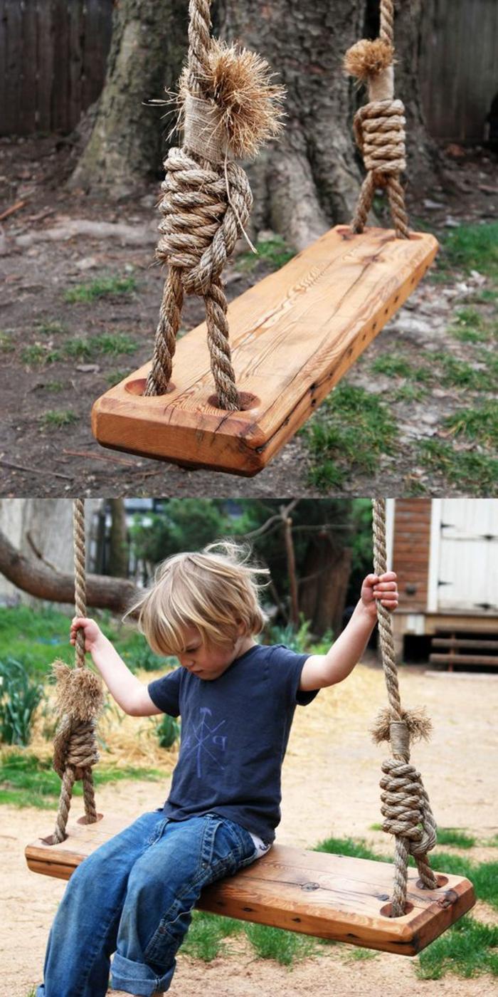 recup jardin, balançoire en bois, enfant, paire de jeans, t-shirt bleu, arbres, gazon vert