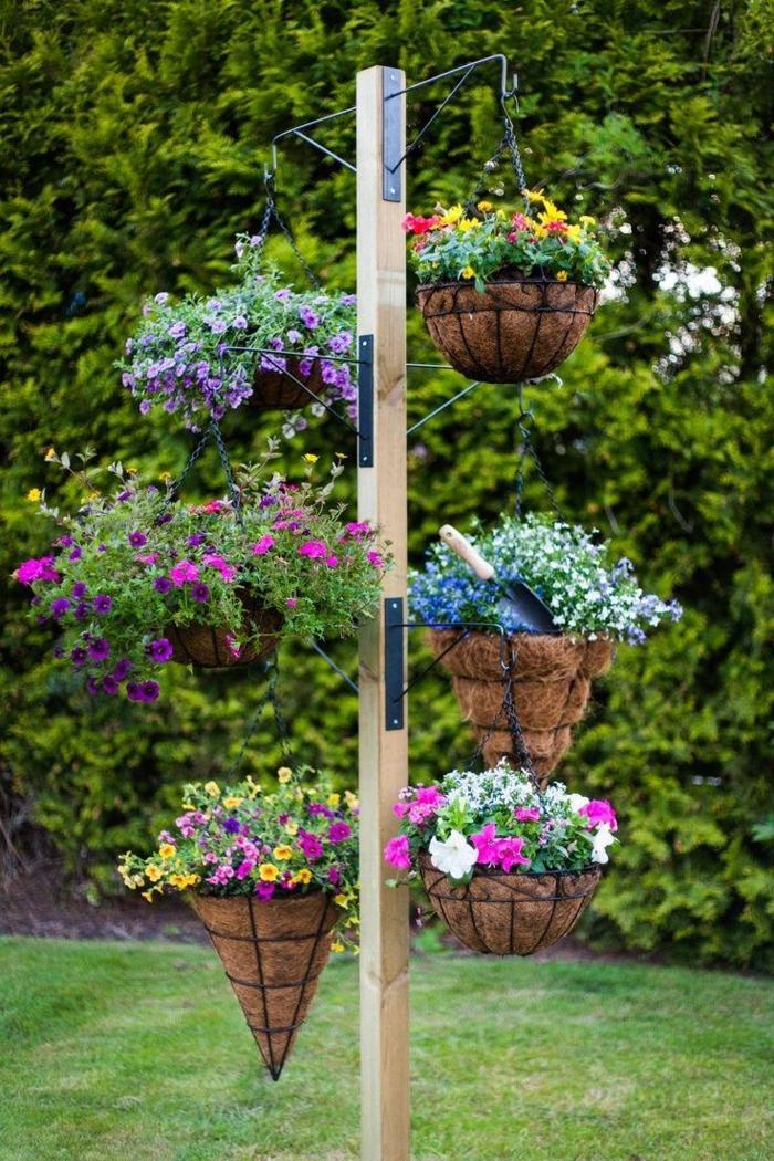 decoration de jardin a faire soi meme, gazon vert, support extérieur de fleurs, broussailles vertes