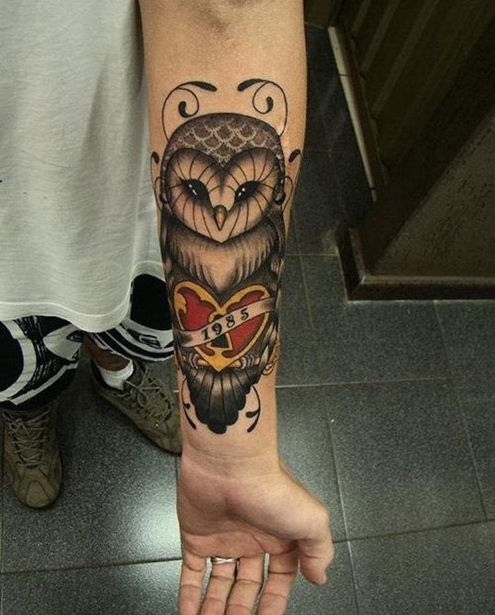 tatouage bras homme idée tattoo chouette couleurs idée