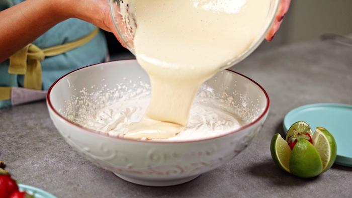 incorporer les deux mélanges dans un bol idée dessrt parfait facile à reposer dans le frigo