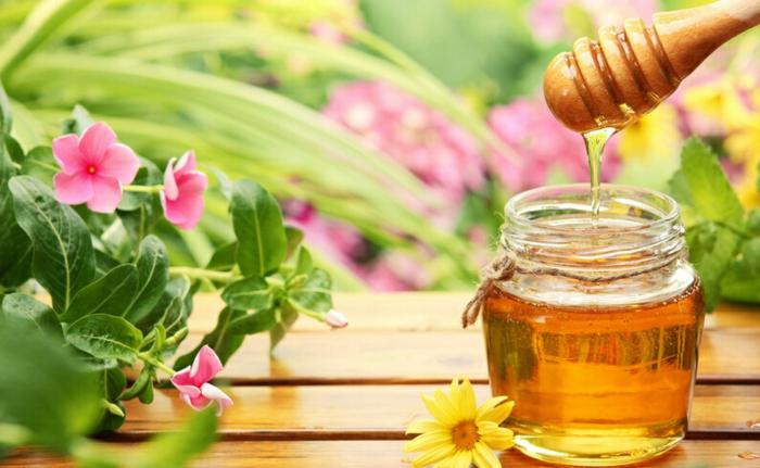 un masque au miel pour donner des reflets clairs aux cheveux, une teinture naturelle pour cheveux, soins revitalisants