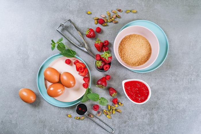 ingrédients nécessaires pour faire un parfait glacé maison aux oeufs sucre roux confiture de fraises oeufs pistaches fruits rouges
