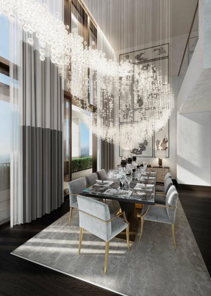 intérieur art déco, rideaux gris, grande table rectangulaire en verre, chaises bleues