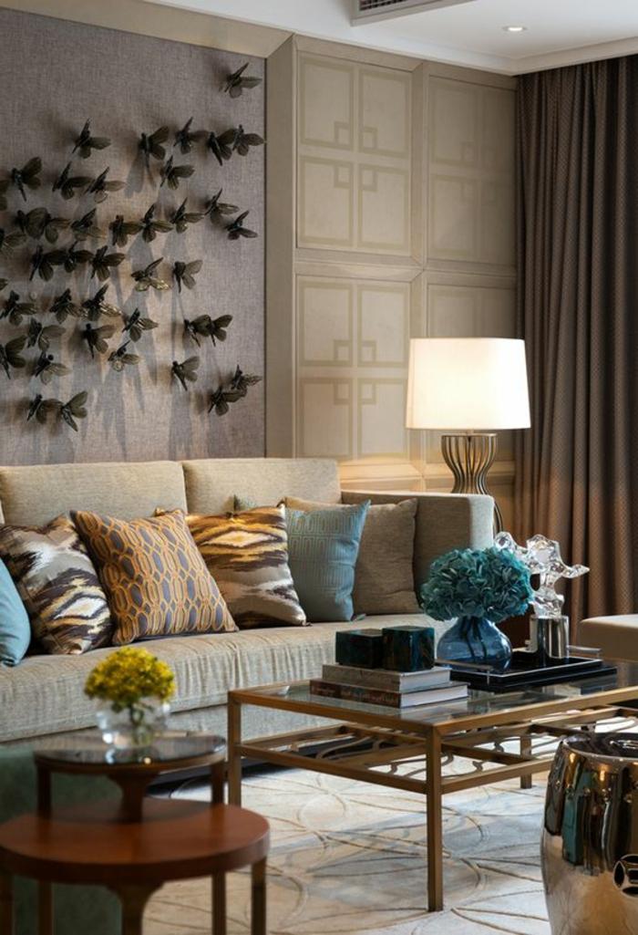 intérieur art déco, sofa grisn coussins décoratifs, table basse, lampe de sol, panneau mural