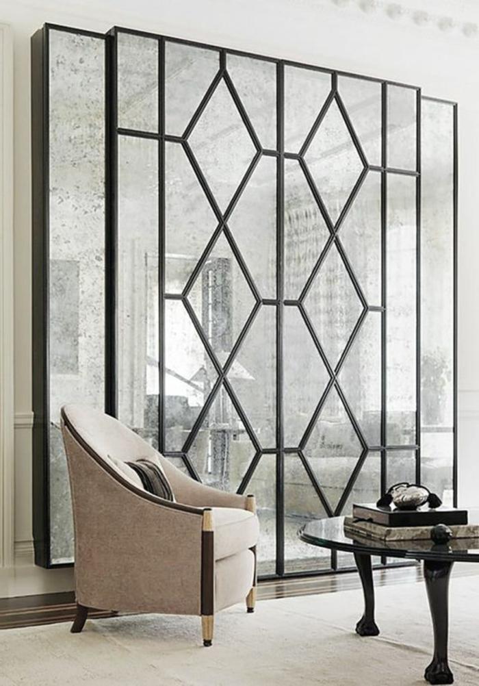 intérieur art déco, table baroque ovale, chaise beige, miroir aux ornements