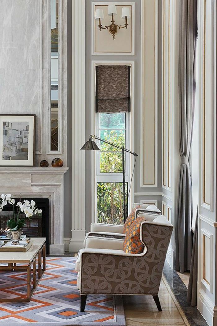 intérieur art déco, deux fauteuils beiges, cheminée décorative, table basse rectangulaire