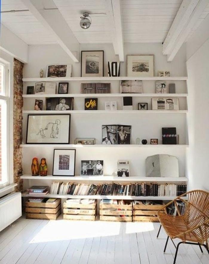meuble de rangement en cagette bois, livres, photos, dessins, décorations, idee deco salon originale, banc en bois et métal, parquet blanc, mur en briques