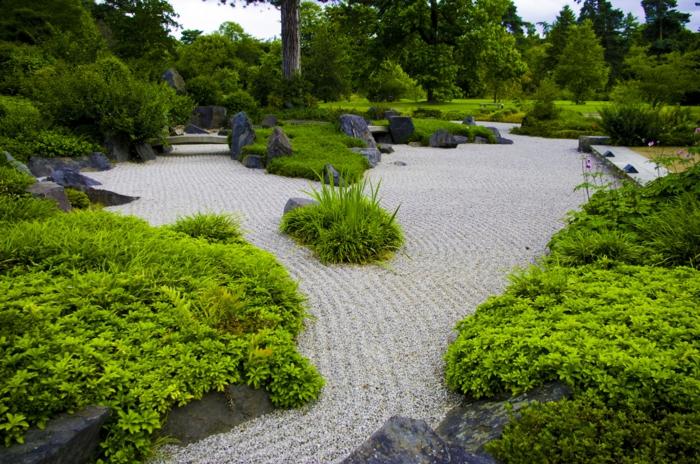 idee deco jardin, broussailles vertes, terrain sablé ratissé, rochers dans le jardin, deco jardin