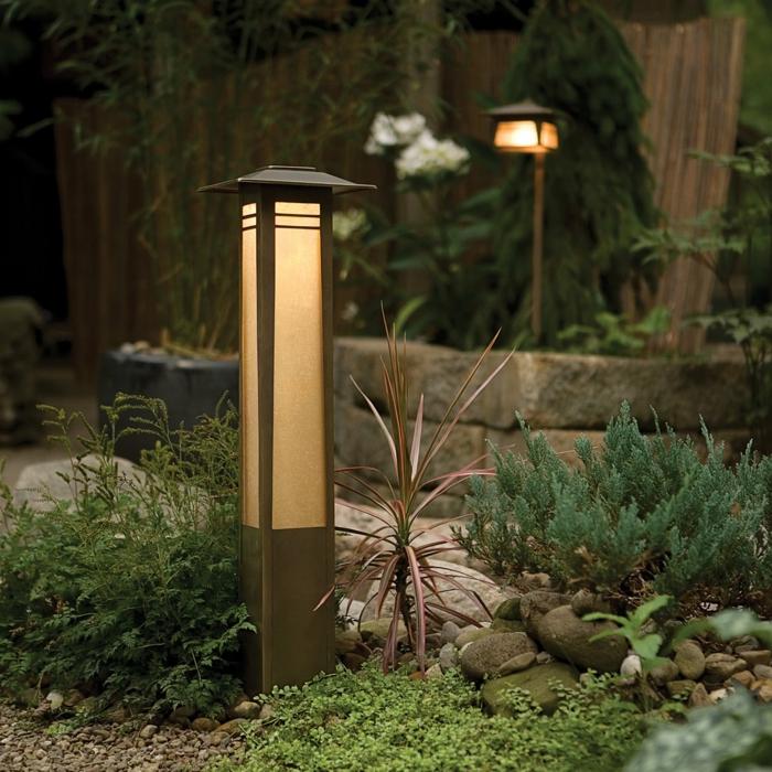 déco de jardin zen, parterre de fleurs avec galets, éclairage extérieur, clôture en bambou
