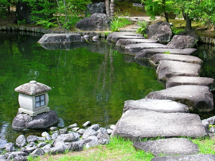 Petit bassin jardin japonais interesting awesome bassin for Lanterne jardin zen