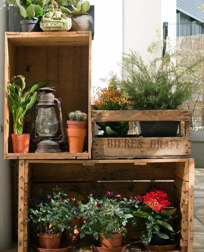 jardinier en cagette, caisses en bois brut, plusieurs caisses en bois pour ranger ses plantes exterieurs, lampe vintage