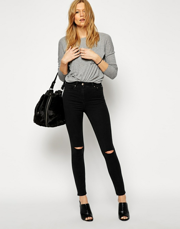 pantalon taille haute, cheveux blonds mi-longs, blouse grise, sac à main en cuir, sandales noires