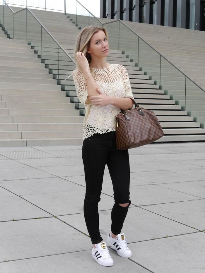 que mettre avec un pantalon noir, blouse beige sans manches, sac à main marron, baskets blancs