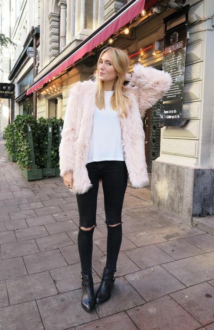 jean noir déchiré femme, manteau rose pastel, t-shirt blanc, bottines noires, cheveux blonds