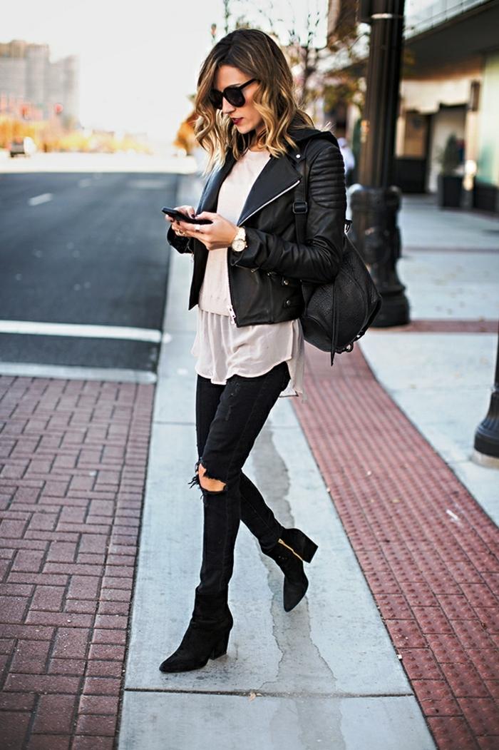 jean noir déchiré femme, bottines noires, cheveux balayage, lèvres rouges, lunettes de soleil noires