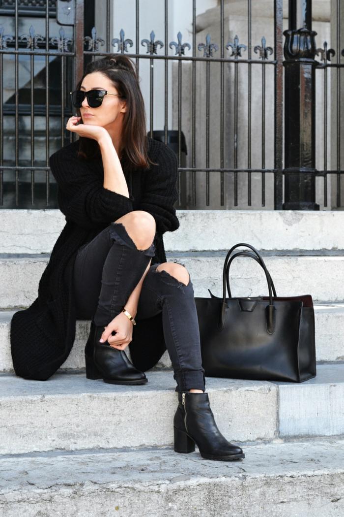 que mettre avec un pantalon noir, bracelet en or, gilet en crochet, lunettes de soleil noires