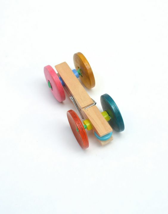 une voiture miniature de course fabriquée avec une pince à linge bois, un jouet vintage à réaliser soi-même