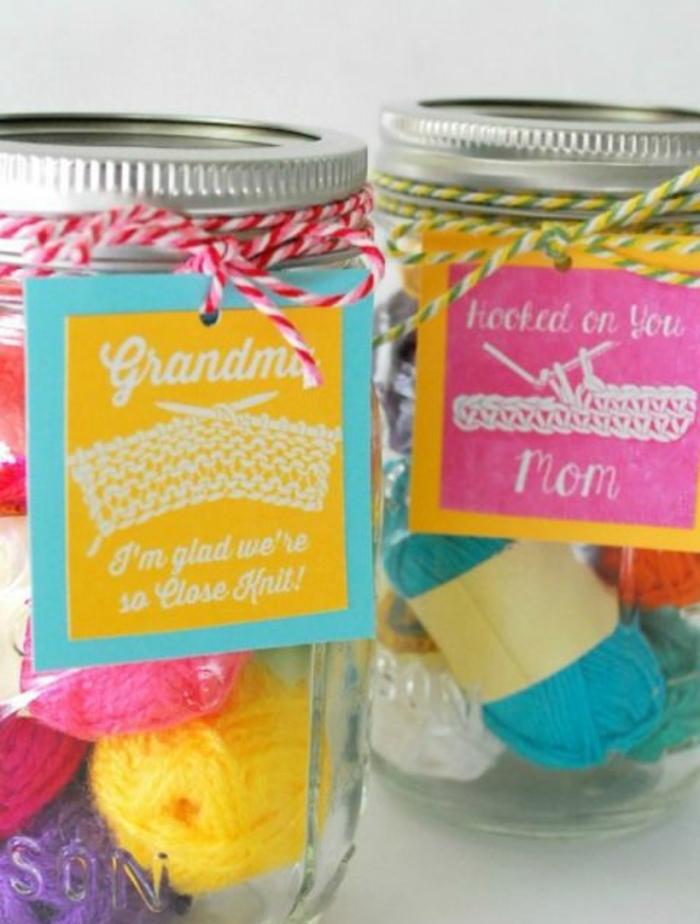 kit tricot dans un bocal en verre, de la laine de couleurs diverses, cadeau pour la fête des mères, tricotage