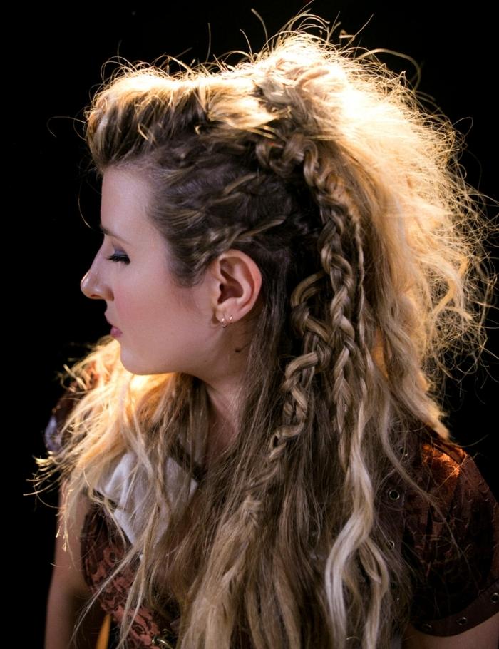 coiffure viking, cheveux brunes avec mèches blondes, boucles d'oreilles en or