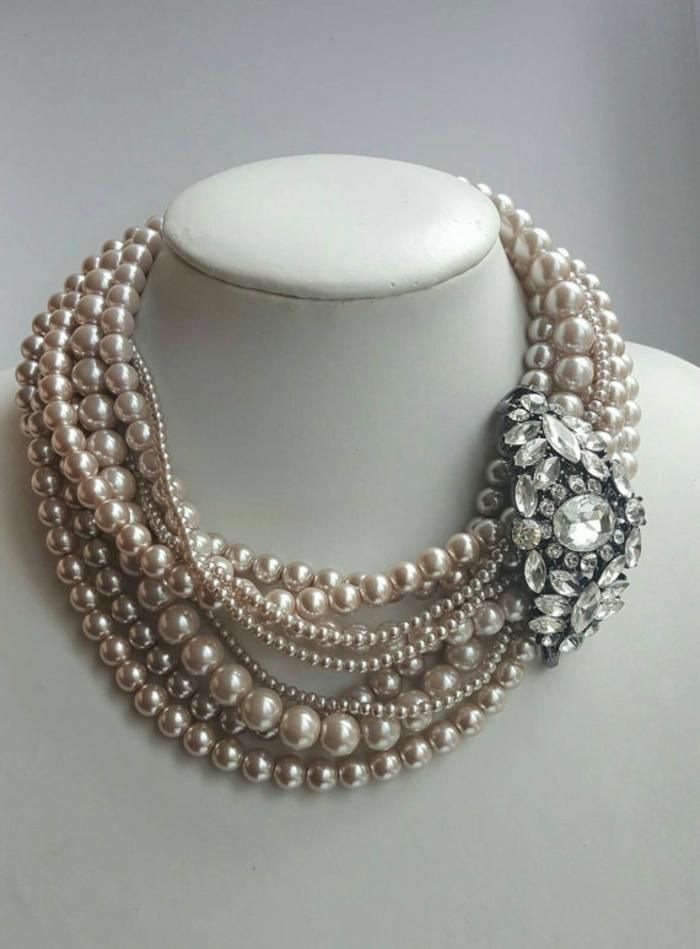 collier en perle plusieurs tours aux nuances grises et roses avec un grand sautoir motif fleur et un crystal de taille grande