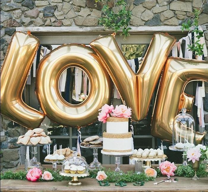 cupcakes, gateaux, sablés, table rustique, présentoir gateau, lettres ballons, decoration florale, fleurs, fond de décor fenetre, decoration bar a bonbon