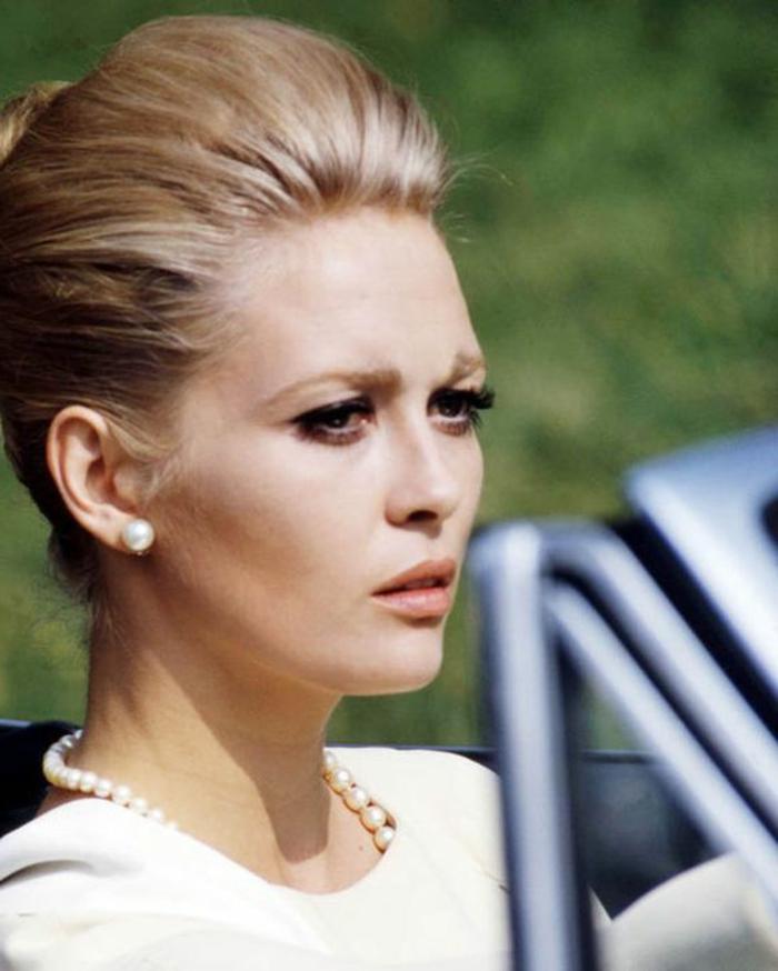 look années 60, Faye Danaway avec un collier perlé et coiffure bombée