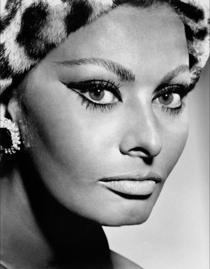 look années 60, Sophia Lorenn chapeau au motif animal, grandes boucles d'oreilles