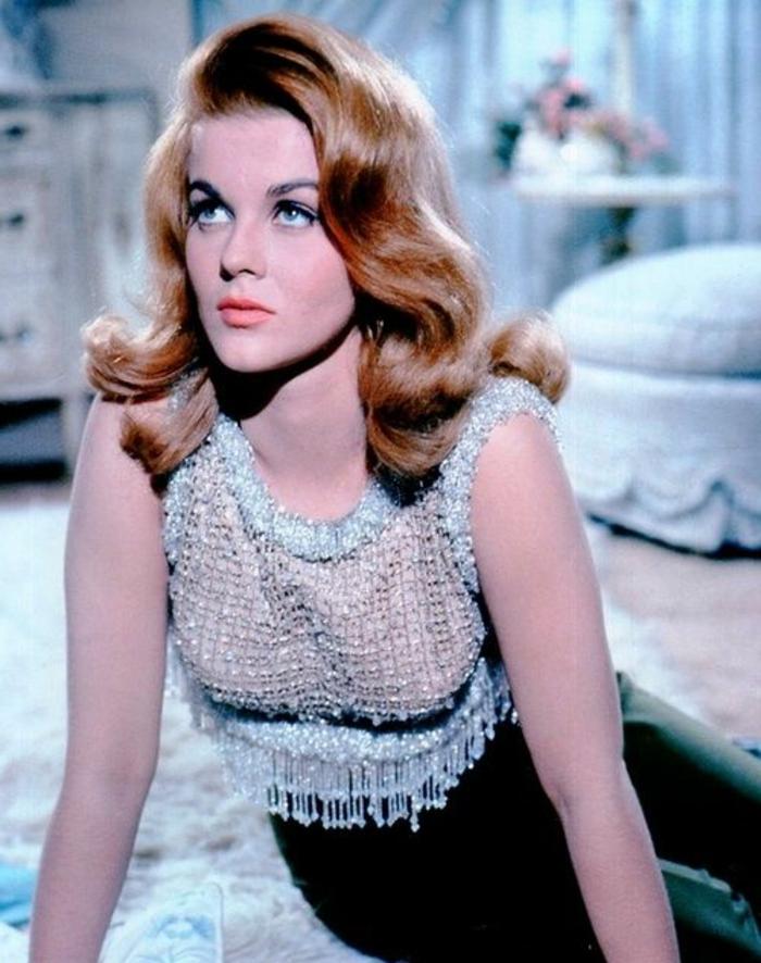 look années 60, jolie femme des années soixante avec une blouse sans manches en tweed