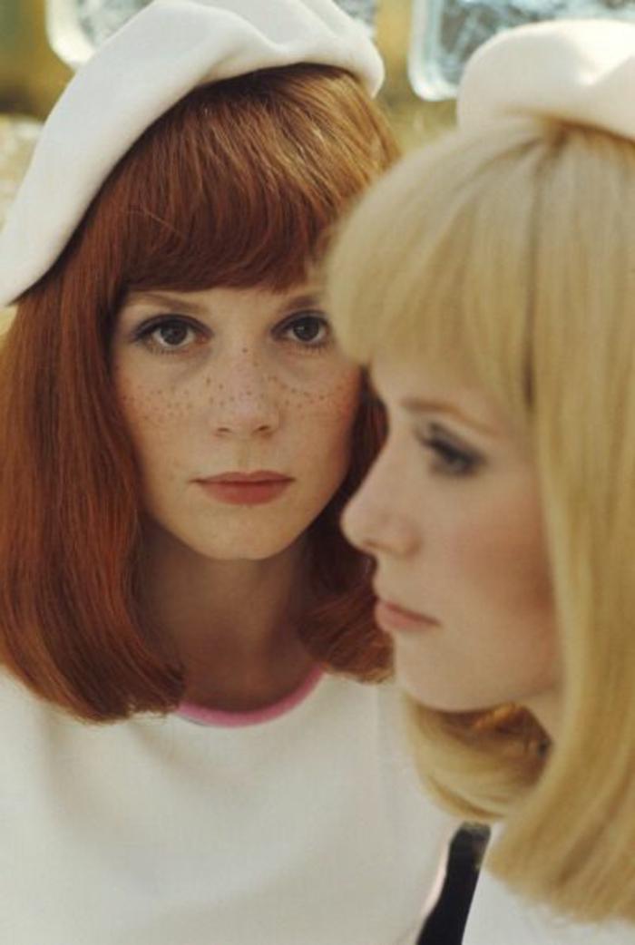look années 60, le code vestimentaire des années soixante, deux femmes habillées en blanc